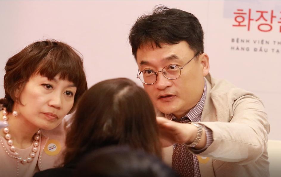 Giáo sư Kang thăm khám và giải đáp mọi thắc mắc của những người có nhu cầu làm đẹp tại Việt Nam