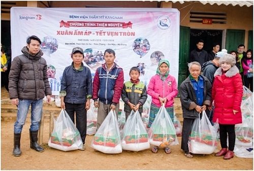 Đoàn thiện nguyện Bệnh viện thẩm mỹ Kangnam tặng khăn len, áo ấm cho người dân và các em nhỏ 3 thôn Xín Thèng, Quán Thèn, Sán Cổ Sủ