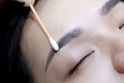 cách vệ sinh lông mày sau khi phun