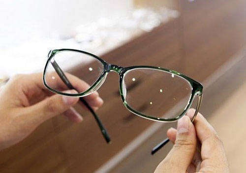 đeo kính nhiều có bị sụp mí không
