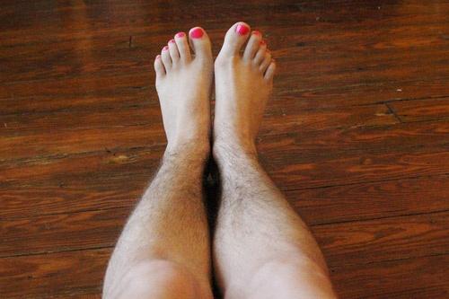 cạo lông chân thường xuyên có sao