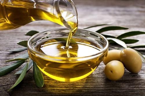 trị thâm môi bằng dầu oliu