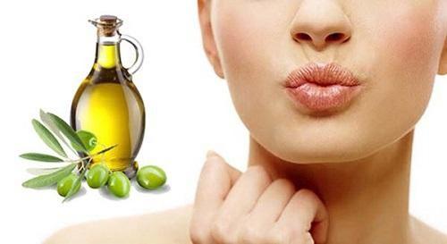 dưỡng môi bằng dầu oliu và mật ong