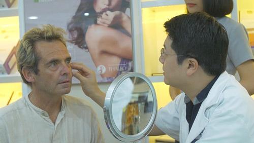 khách hàng úc căng da mặt
